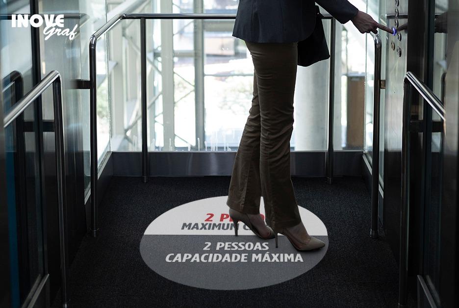 Adesivo de chão para elevador produzido pela InoveGraf Campinas